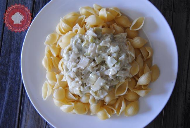 Une recette de délicieuses pâtes au poulet, poireaux et crème d'ail toutes simples pour un diner tranquille.