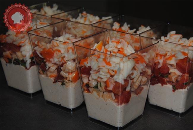 Pour lapéritif, testez cette délicieuse recette de verrines mousse de thon, tomates et surimi.