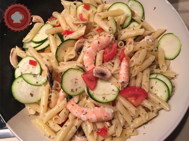 Délicieux, rapide et facile, je vous propose une recette de salade de pâtes aux crevettes et ses légumes frais.