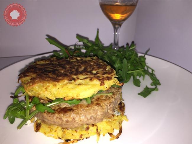 Des burgers originaux avec des rostis de pommes de terre à la place du pain entourant une bonne viande hachée du boucher