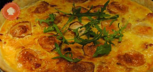 Une délicieuse recette de tarte aux pommes de terre et au fromage de chèvre agrémentée de lardons
