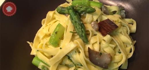 Une recette de pâtes aux légumes : des tagliatelles au beurre d'ail, asperges et aubergines