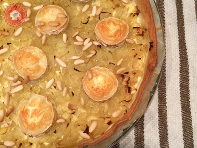 Je vous propose la recette de cette jolie tarte salée, une tarte aux oignons, miel et fromage de chèvre avec ses pignons de pin