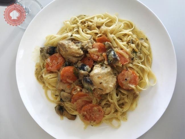 Une recette facile de lapin sauce moutarde et petits légumes à accompagner de pâtes.