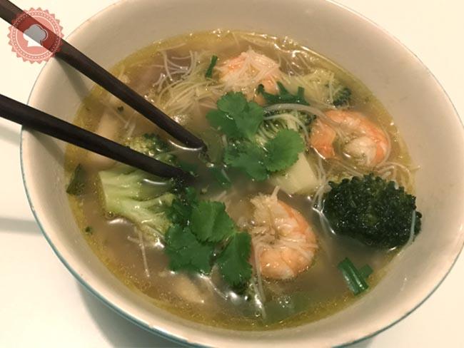Une recette facile et qui réchauffe de bouillon thaï crevettes et vermicelles avec ses petits légumes