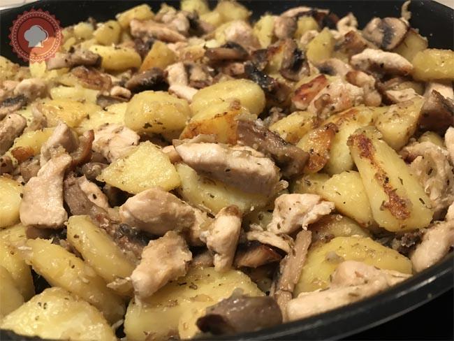 Une jolie recette de poêlée de pommes de terre, champignons et poulet à déguster en toute simplicité pour un plat familial complet.