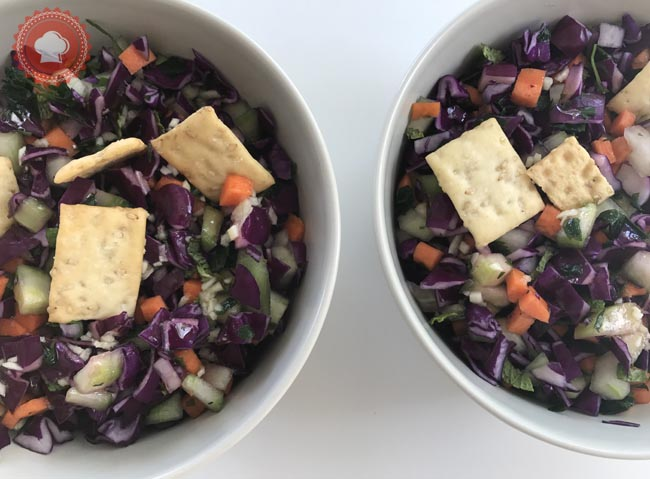 La recette toute simple d'une jolie salade croquante au chou rouge, concombre, carotte et menthe inspiré de la cuisine libanaise.