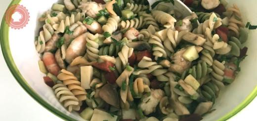 Pour vos repas d'été voici une recette facile, fraîche et légère de salade de pâtes légère aux crevettes et légumes