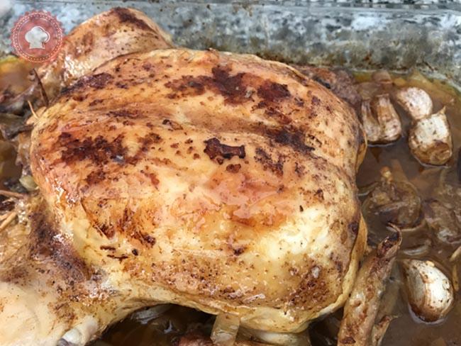 Un délicieux poulet aux olives vertes, ail et citron à préparer facilement pour un bon plat familial.